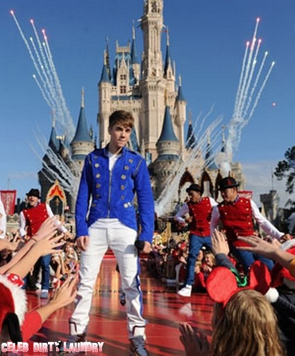 Justin Bieber Flips Fans The Bird At Disneyland (Video)
