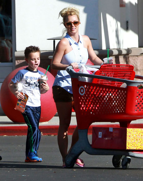 """Britney Spears Paranoid that """"X-Factor"""" Execs are Plotting to Kick her off the Show!"""