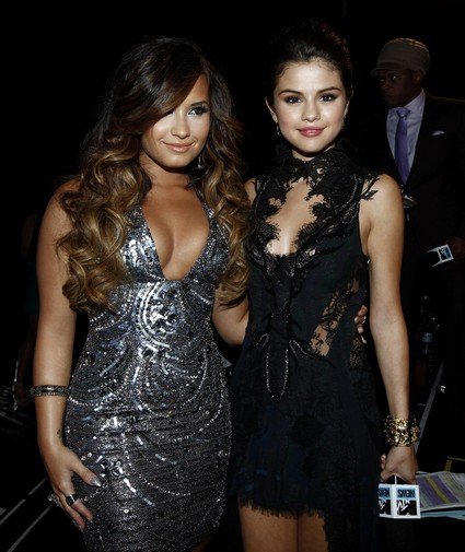 Demi-Lovato-Selena-Gomez-MTV-VMAs
