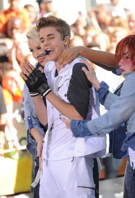 Justin Bieber Gets A New Girlfriend (Photo)