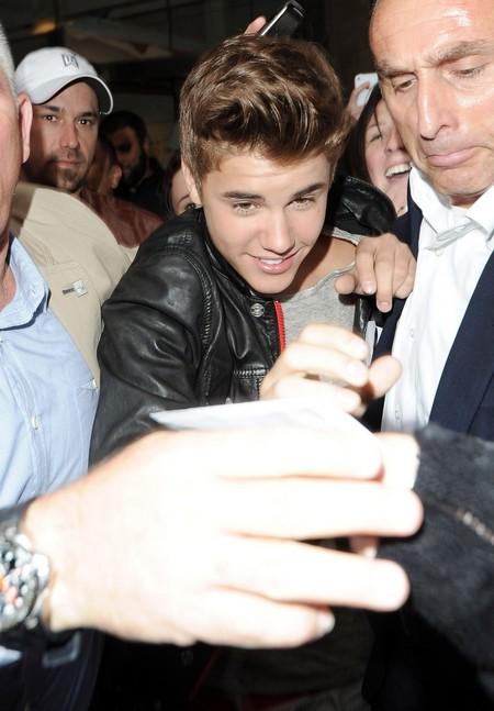 Justin Bieber Runs For His Life To Escape London Mob (Photo)