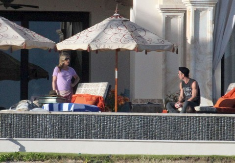 Jennifer Aniston Furious And Broken Hearted, Bored Justin Theroux Abandons Her In Mexico (Photo Evidence)