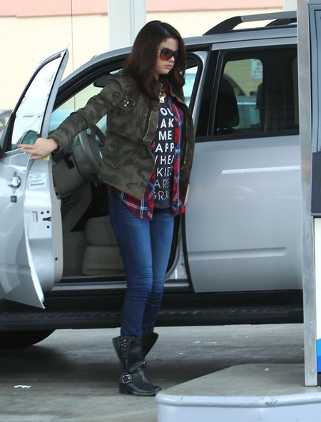 Paparazzi Photog Pays & Pumps Selena's Gas