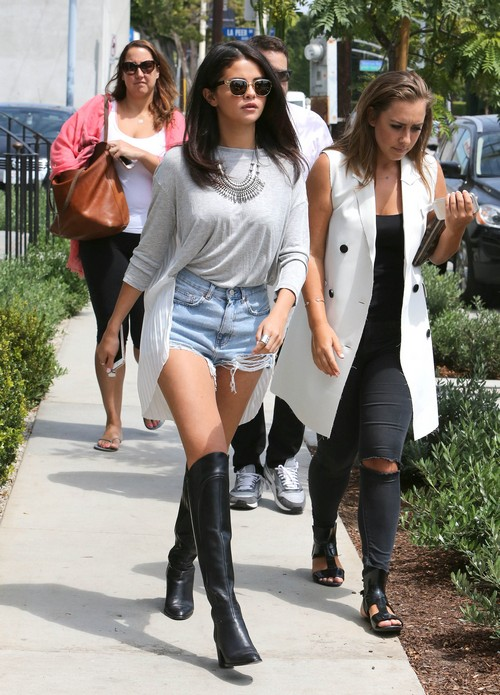 Semi-Exclusive... Selena Gomez Lunches With Friends