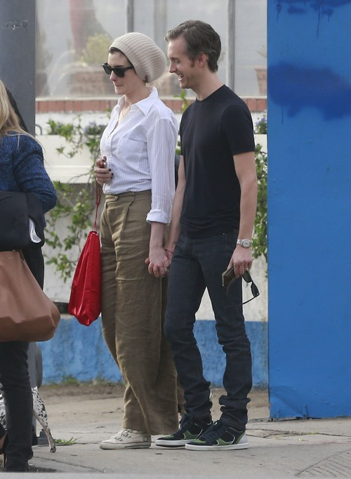 Anne Hathaway Pregnant: Brother Confirms Pregnancy - Report (PHOTOS)