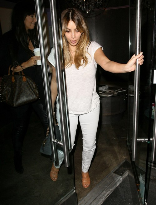 Kim Kardashian Leaivng A Beauty Salon