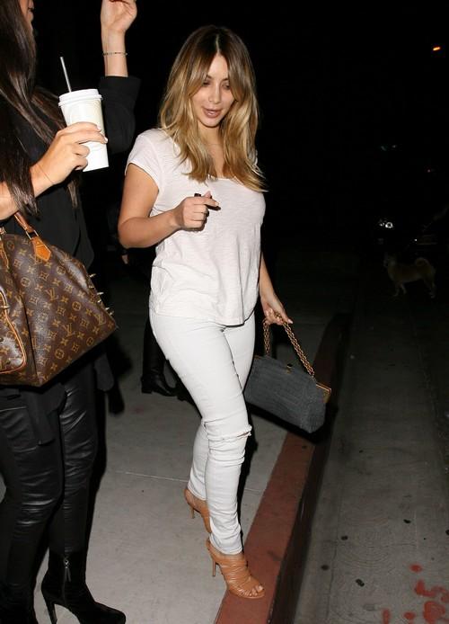 Kim Kardashian Leaivng A Beauty Salon