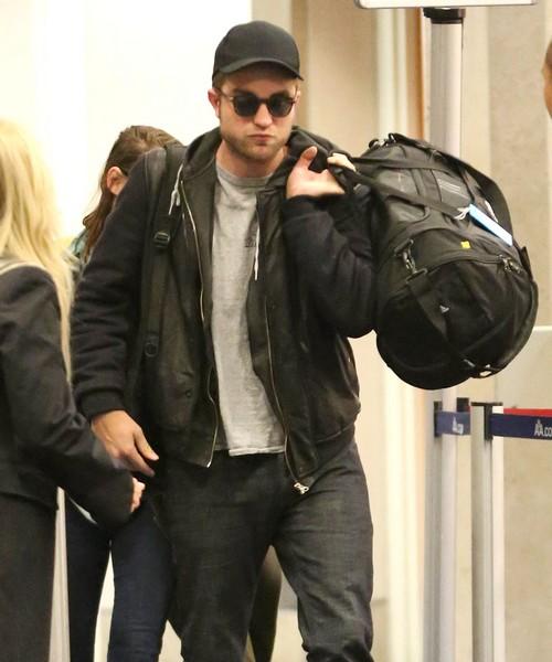 Robert Pattinson Appears Very Happy Partying Without Kristen Stewart In Australia