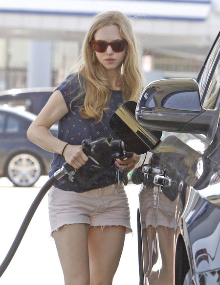 Amanda Seyfried Caught With Her Pants Down – Sort Of! (Photos)