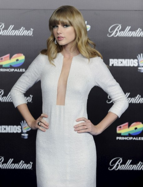 Taylor Swift Flashes Cleavage After Harry Styles Avoids Her In London (Photos) 0125