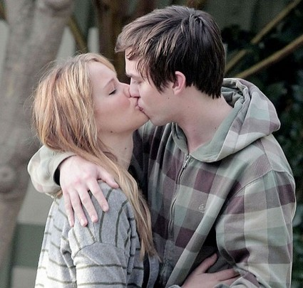 Lovebirds Jennifer Lawrence and Nicholas Hoult Looking 'Hungry' For Each other.. (Photo)