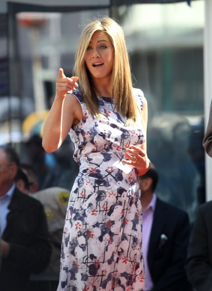 Jennifer Aniston Attacks Mel Gibson, Warns Friend To Stay Away From Hot-Headed Star 1102