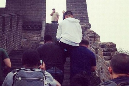 Justin Bieber Makes Bodyguard Servants Carry Him At Great Wall Of China: Douce or Spoiled Brat? (PHOTOS)