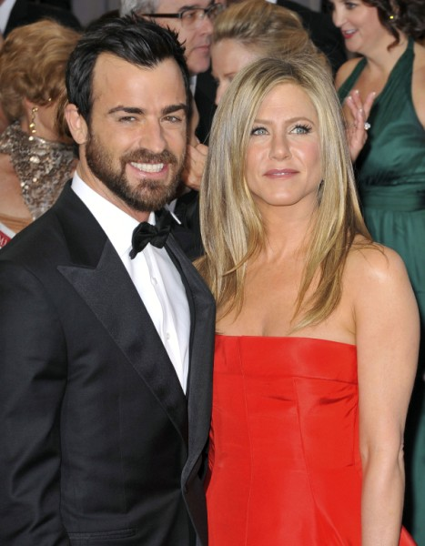 Jennifer Aniston Pregnant, Justin Theroux Cradles Baby Bump At Oscars 0225