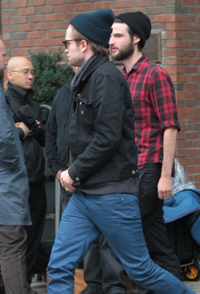 Robert Pattinson Flies Back To LA To Reunite With Kristen Stewart  1009