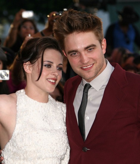 Kristen Stewart And Robert Pattinson: First Kiss Photos Since Cheating Scandal! 1018