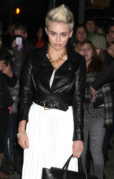 Miley Cyrus, Liam Hemsworth Wedding Still On - But She Steps Out Without Engagement Ring 0307