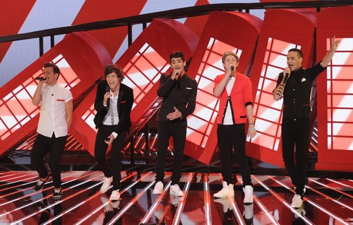 """One Direction Sings """"Kiss You"""" The X Factor Finale 12/20/12 (Video)"""
