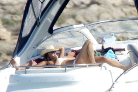 Kate Middleton Secretly Vacationing With Family In Mustique, Still Too Sick To Work? 0121