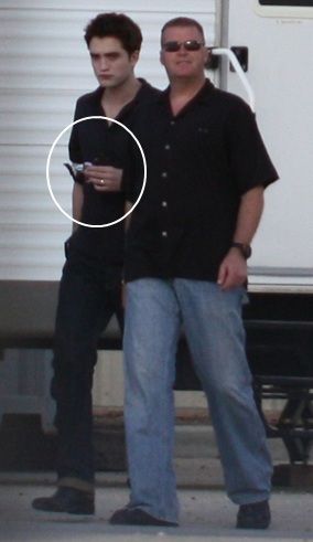 Robert Pattinson Wearing A Wedding Ring On The Set Of Breaking Dawn