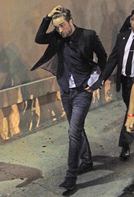 Robert Pattinson Admits on 'Jimmy Kimmel Live': 'I Still Am Homeless!' (Video)