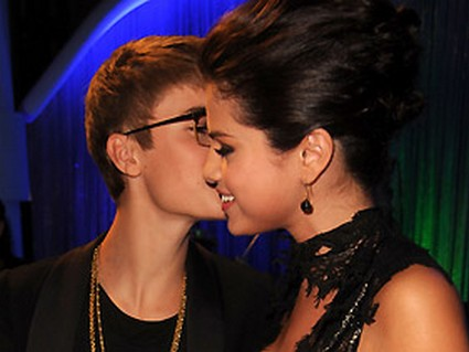 Justin Bieber And Selena Gomez Wow VMA With PDA!