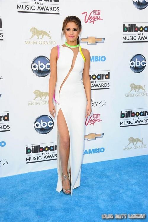 Selena Gomez Nip Slip In The Making At Billboard Awards - Revealing Versace Dress Teases Justin Bieber? (PHOTOS)