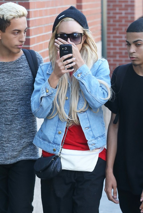 Amanda Bynes Hides Her Face In Nyc Celeb Dirty Laundry
