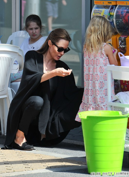 Angelina Jolie and Brad Pitt Married in Secret - Angie Wears New Wedding Band (PHOTO)