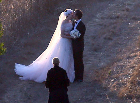 Anne Hathaway and Adam Shulman Tie the Knot with Private Wedding Ceremony (Photos)