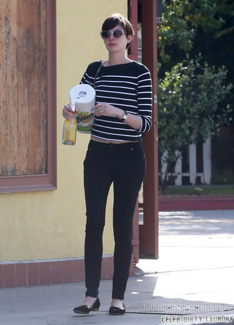 Exclusive... Anne Hathaway Lunches With A Friend In Venice