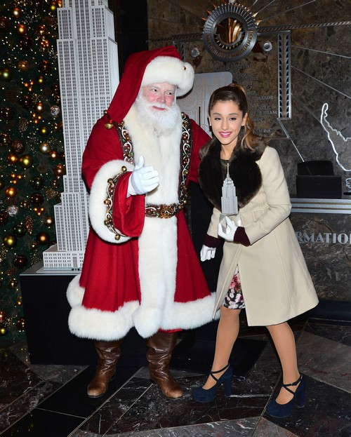 Ariana Grande Visits The Empire State Building In Honor Of Macy's Thanksgiving Parade