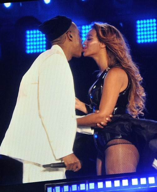 Beyonce Divorce, Pregnant: Jay-Z Staged Wardrobe Malfunction - Manipulating Fans
