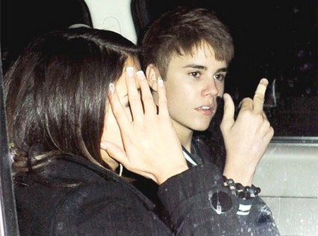 Selena Gomez Catches Justin Bieber Sexting With Vanessa Hudgens