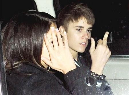 Selena Gomez Catches Justin Bieber Sexting With Vanessa Hudgens