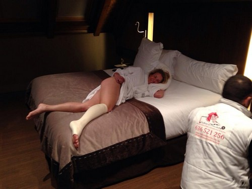 Chelsea Handler Shows Off Bare Butt Pic On Twitter After Skiing Accident - Too Much? (PHOTO)