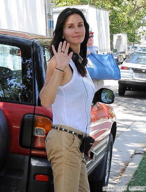 Jennifer Aniston and Justin Theorux to Blame for Courteney Cox's Broken Wrist