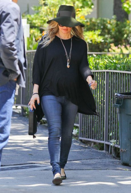Fergie Baby Bump Revealed In Stunning, Flowing Black Top! (Photo)