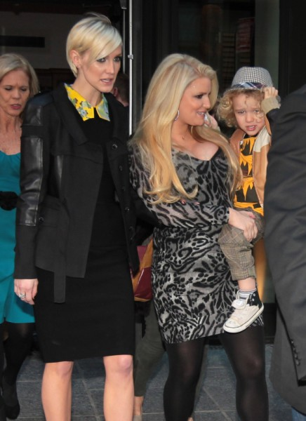 Ashlee Simpson Feuding With Jessica Simpson Because She's Fat 1012