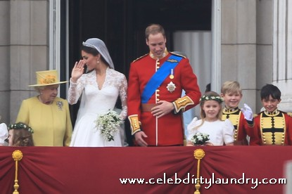 Prince william and kate middleton share two royal kisses for Queens wedding balcony