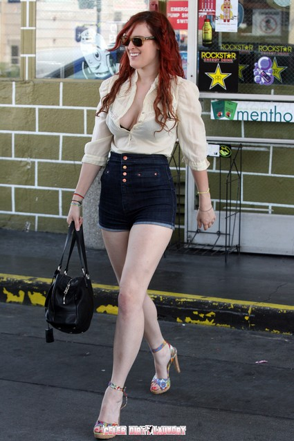 Rumer Willis Wears Short Shorts & Displays her Black Bra As She Shops - Video & Photo