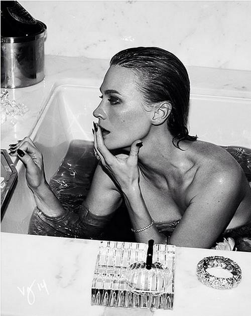 January Jones Nude in the Bath wants Sex with Rihanna (PHOTO)