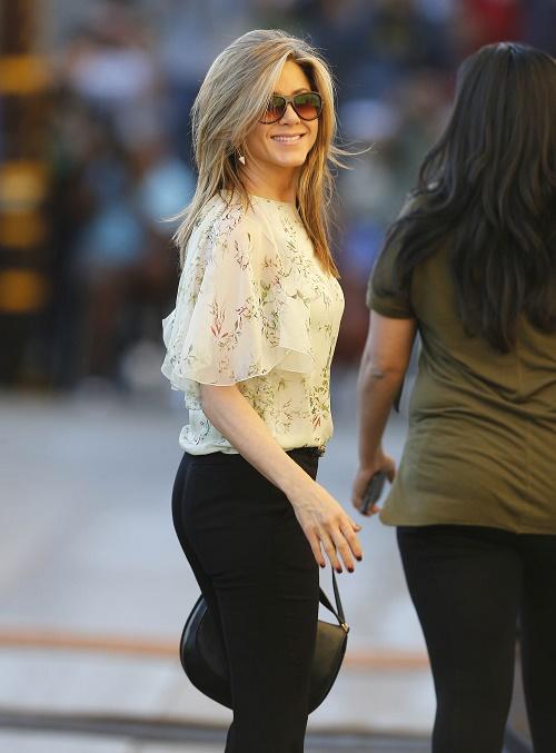 Jennifer Aniston Poses Topless With Random Guy: Justin Theroux Split On The Horizon!
