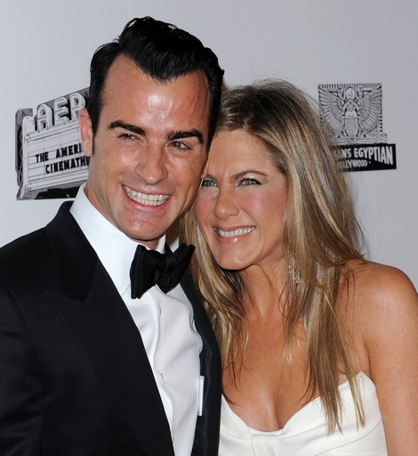 Jennifer Aniston Covers Baby Bump While Shopping With Justin Theroux At Barneys? (Photo - Video)