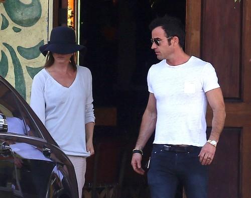 Jennifer Aniston Jealous of Angelina Jolie's Directing Success - Jen Hides Her Face (PHOTOS)