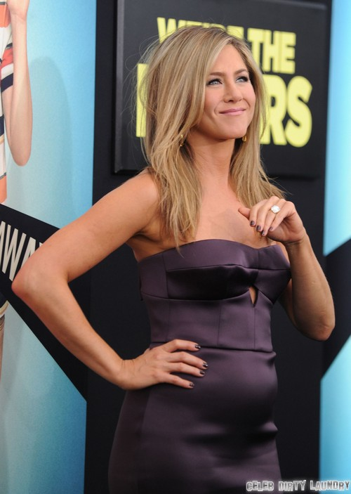 """JENNIFER ANISTON PREGNANT: See Huge Baby Bump On Red Carpet of """"We're The Millers"""" - Breaking News (PHOTOS)"""