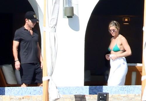Jennifer Aniston Fertility Treatments Fail: Justin Theroux Agrees on Surrogate Mother - Report