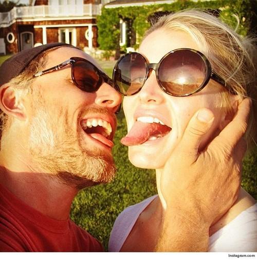 Miley Cyrus vs Jessica Simpson - Battle of the Tongue Selfies - Sexy vs Sad (PHOTOS)
