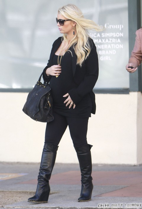 Jessica Simpson Wants Baby Genius – Reads To Baby Bump
