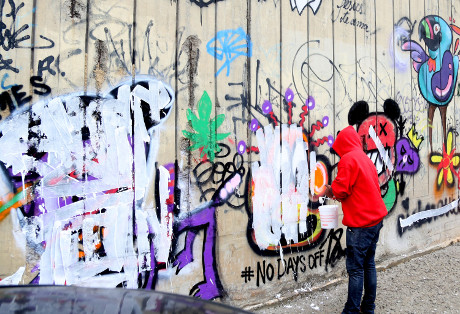 Justin Bieber Questioned By Brazil Cops Over Graffiti Prank, Close To Arrest - Faces Up To One Year in Jail (PHOTOS)